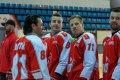 Tomáš Houdek a Pavel Selingr sledují své spoluhráče