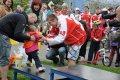 Lukáš Králík předává ceny nejmenší kategorii závodníků