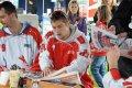 Lukáš Králík rozdává autogramy