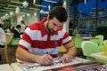 Dávid Buc podepisuje týmový plakát