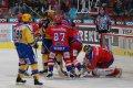 Strkanice před Romanem Turkem, domácím hráčům se nelíbí chování zlínských hokejistů.