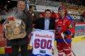 Ondřej Veselý odehrál 600.zápas v nejvyšší soutěži. Gratulují Ing. Zdeněk Blažek a  Jaromír Látal.