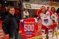 Václav Pletka před začátkem zápasu dostal pamětní dres k příležitosti sehrání 500. utkání v ELH od generálního manažera klubu Františka Jouna.