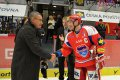 Před samotným zahájením utkání se na ledě odehrál slavnostní ceremoniál. K šedesátým narozeninám popřál hokejové legendě Jaroslavu Pouzarovi také kapitán domácích František Ptáček.