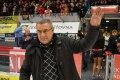 Jaroslav Puzar zdraví a děkuje divákům, kteřím mu ve stoje sklidili velký potlesk.