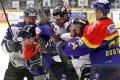 Bezmocný Luboš Rob proti smečce rozzuřených havířovských hokejistů.