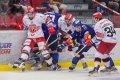 Václav Karabáček se snaží získat puk na svou dlouhou hokejku.