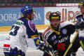 Za pomoci hokejky se snaží Zajíc znemožnit cestu Strakovi