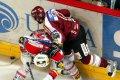 Jaroslav Hlinka se pokouší dostat k puku proti bránícímu Peteru Pucherovi