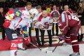 Noví členové Klubu legend HCS vhazují slavnostní buly mezi hole kapitánů Petra Čáslavy a Tomáše Rolinka.