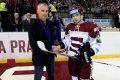 Martin Réway před zápasem převzal cenu od Slovenského hokejového svazu.