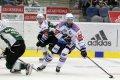 Michal Vondrka pevně kontroluje puk a rozjíždí útočnou akci