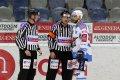 Kapitán Michal Vondrka poslouchá vysvětlení hlavního rozhodčího