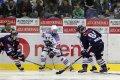 Michal Vondrka se ve středním pásmu snaží udržet puk proti Martinu Ševcovi a Josefu Mikyskovi