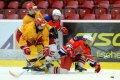 Pavlu Zvěřinovi zůstala v podpaží soupeřova dotírající hokejka. Atakovat se ho snaží Vítězslav Brož.