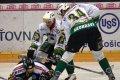 Skuhravý s Dvořákem masírují domácího hokejistu