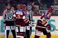 Michal Sivek odjíždí do šatny s trestem do konce utkání