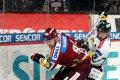 Obránce Pilař bojuje o kotouč s Tomášem Sýkorou