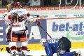 Dominik Pacovský gratuluje Karlu Hromasovi ke vstřelení branky