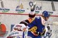 Jakub Koreis padá k ledu po souboji s Petrem Leškou