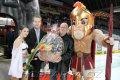 Na začátku zápasu obdržel Miroslav Kuneš dárek ke svým 65. narozeninám