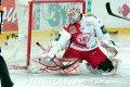 Miroslav Kopřiva se marně natahuje po puku z hole Troye Milama