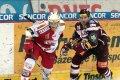 Slávista Krejčík odolává ataku forčekujícího Petra Tona