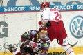 Michal Sersen v pádu odpaluje kotouč před Bryanem McGragorem