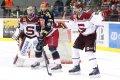 Michal Barinka se snaží vyprostit svou hokejku ze sevření Lukáše Vantucha.