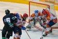 Marek Červený s kotoučem na hokejce