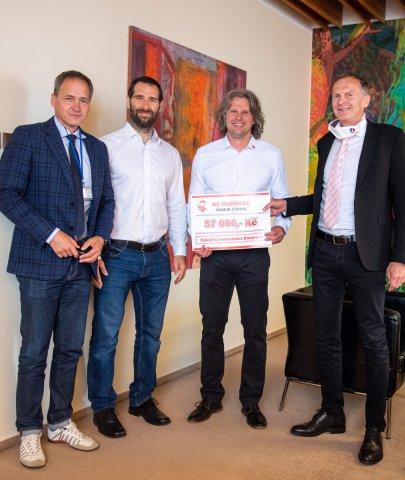 Kohouti věnovali fakultní nemocnici Olomouc peníze z prodeje roušek